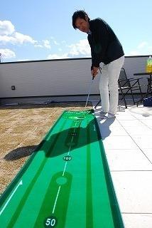 屋上リビングでパタ-ゴルフを