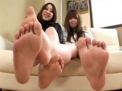 舐めたい足!!お姉さん達が足を絡めて足裏見せ!