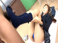 女子高生星崎アンリが同級生に寝ながらの太もも、足コキ。