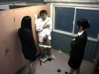 女子トイレを覗いた代償に無理やりオナらせる美女2人