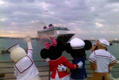 disney-dream-characters-port-canaveral-0104-5_rdax[1]_convert_20120127210619