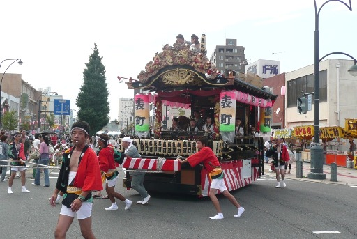 活気に満ちた表町商店街の山車