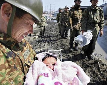 自衛隊員により救出された生後4ヶ月の赤ちゃん。岩手県石巻市にて