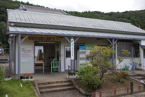 上総亀山駅舎