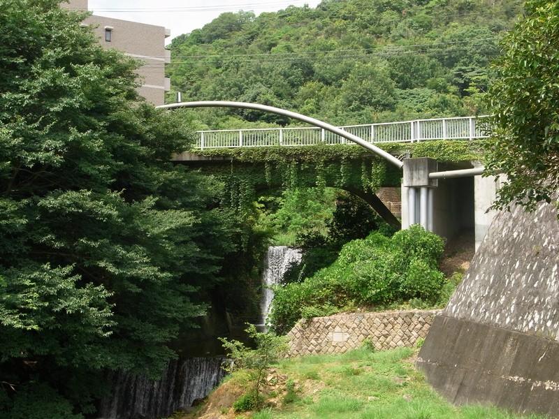 通学路、特徴的な橋。