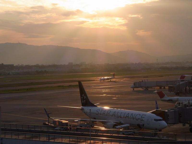 夕焼けに染まる駐機場。