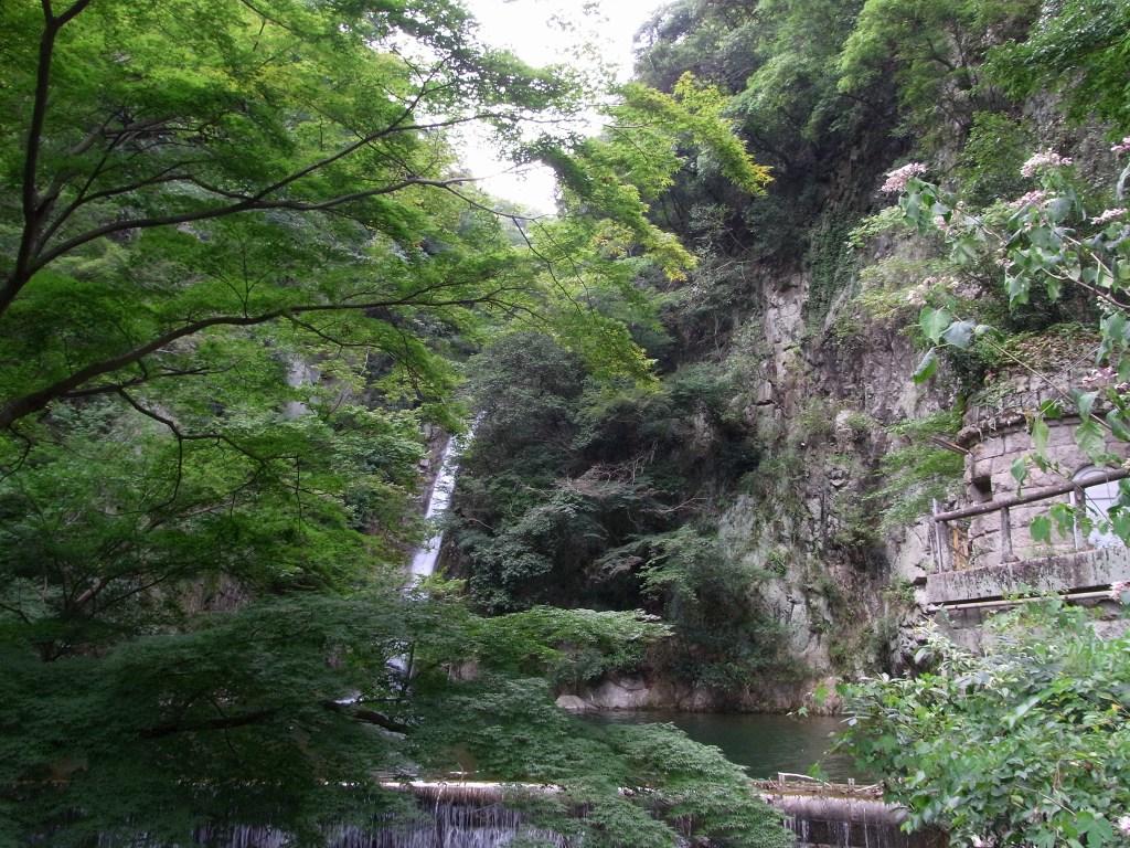 雌滝(めんたき)と取水塔。