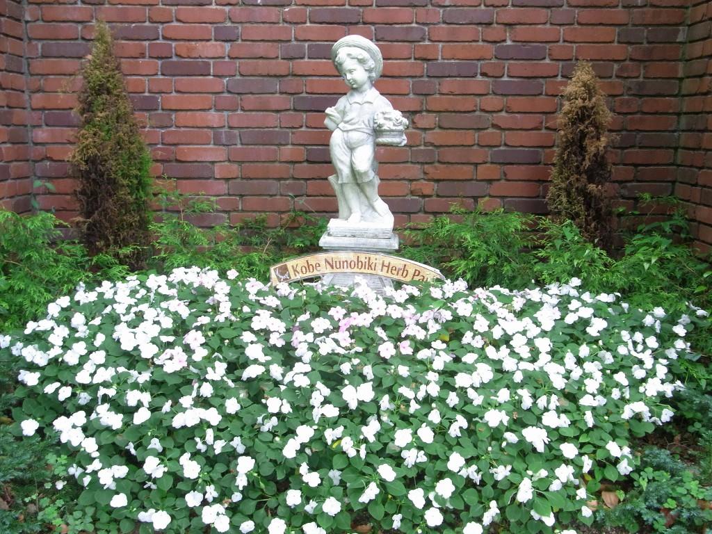 花に囲まれた石像。