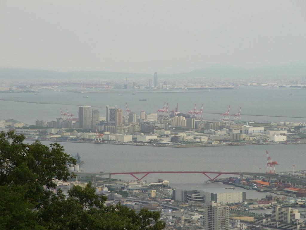 ベランダから大阪港方面を望む。