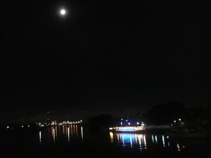 月と屋形船