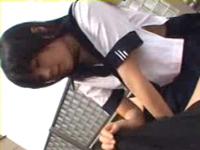 学校の屋上で気持よく抜いてくれるアイドル級黒髪美少女!