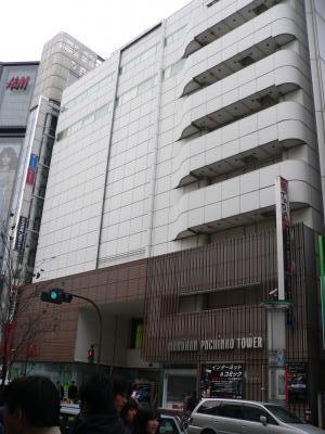写真キャプション=相変わらず多くの顧客で賑わっていた「マルハンパチンコタワー渋谷」