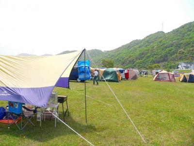 写真キャプション=新緑の生気あふれる日高川の河畔に並んだ色とりどりのテント