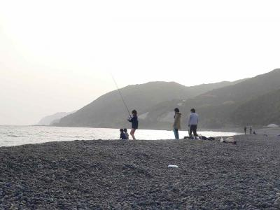 写真キャプション=煙樹ヶ浜で釣りを楽しむ家族連れ
