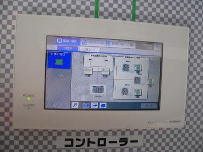 写真キャプション=空調機や照明とつながって制御を行なう「MEC-15」のコントローラー