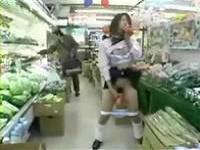 ★露出★スーパー店内でパンツを脱いで人参でオナニー!見て見ぬふりの客w