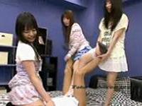 ロリ顔、ロリ声で超カワイイ4人の妹たちに顔面騎乗位されながら足コキされる!
