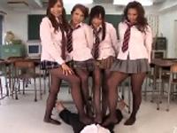 黒ストッキングを履いた痴女女子校生と教室で乱交