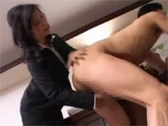 社長の尻を叩きながらチンポをシゴく痴女秘書