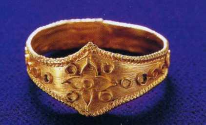 宗像005 朝鮮半島の新羅からもたらされた。同類の指輪が慶州の王墓から多数、出土している
