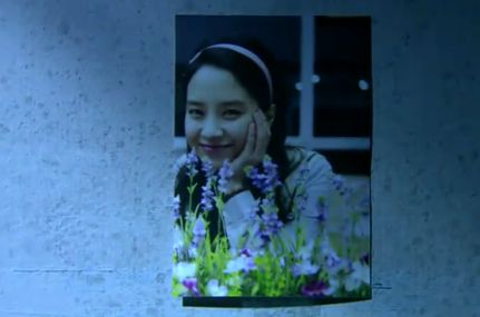 独房の壁にはミンジュそっくりの女性の写真