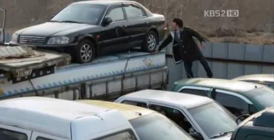 N10「ジョ・ミンジュ!!ミンジュやー!!狂ったように廃車場をしらみつぶしに調べるバクセだが・・・